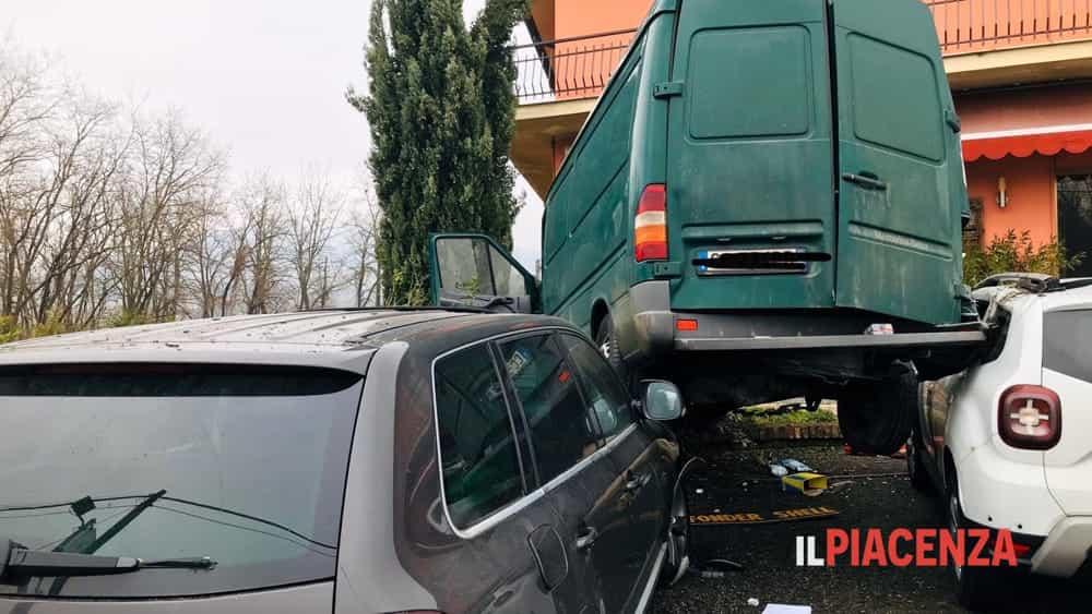 Esce di strada con il furgone, decolla e atterra su due auto parcheggiate-3