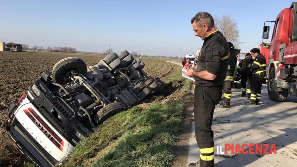 Cede la banchina e il camion si ribalta: ferito un 53enne-4
