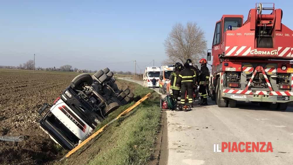Cede la banchina e il camion si ribalta: ferito un 53enne-3