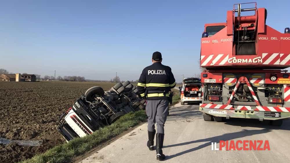 Cede la banchina e il camion si ribalta: ferito un 53enne-8