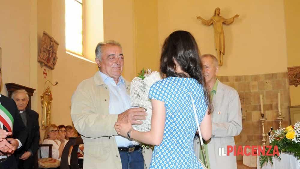 giuseppe chiappelloni porge un omaggio floreale alla figlia di d armini-2