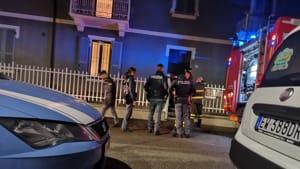 Picchia la compagna, si barrica in casa e apre il gas: la polizia sfonda la porta appena in tempo-4