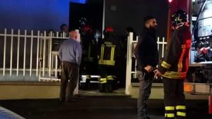 Picchia la compagna, si barrica in casa e apre il gas: la polizia sfonda la porta appena in tempo-7