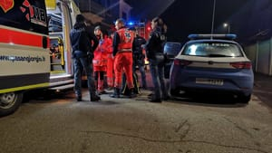 Picchia la compagna, si barrica in casa e apre il gas: la polizia sfonda la porta appena in tempo-5