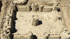 Castello di sabbia con fossato realizzato da un piacentino a Cesenatico-2