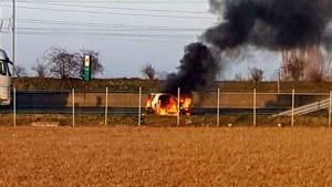Auto in fiamme in A1, vigili del fuoco al lavoro-4