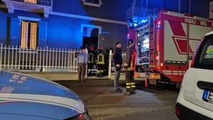 Picchia la compagna, si barrica in casa e apre il gas: la polizia sfonda la porta appena in tempo-6