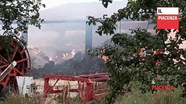 Fienile in fiamme tra Scipione e Vigoleno