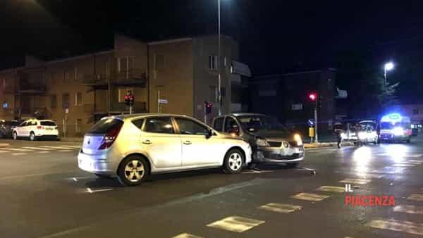 Incidente stradale tra due auto al semaforo tra via Manfredi e via Bianchi-2