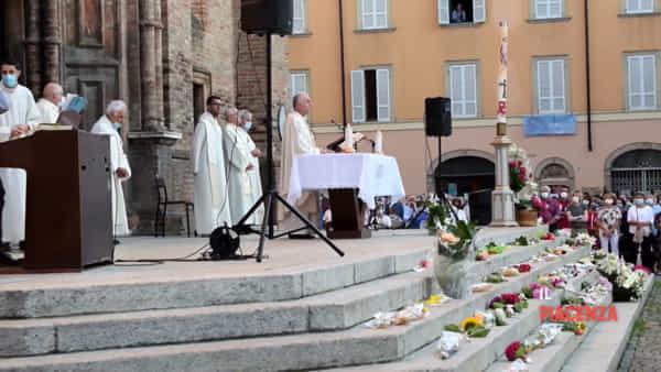Messa con i fiori sul sagrato in memoria delle vittime del Covid: «Fiorenzuola desiderava ricordare»