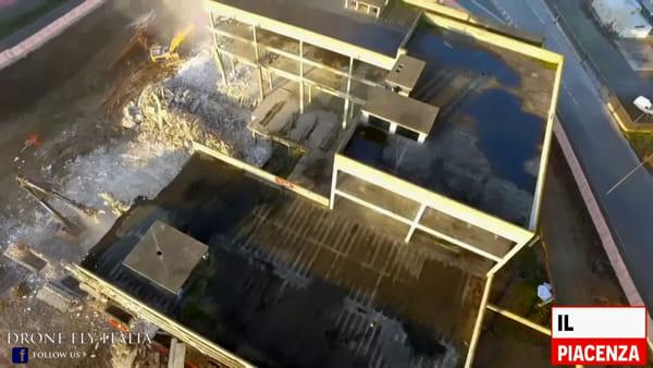 L'abbattimento dell'ecomostro visto dal drone
