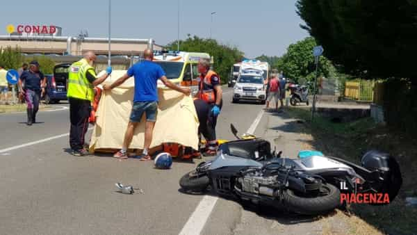 Scooter contro un'auto all'incrocio, due feriti gravissimi