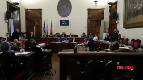 Bagarre in Consiglio comunale, lite furibonda tra Foti (Fd'I) e Cugini (Pd)