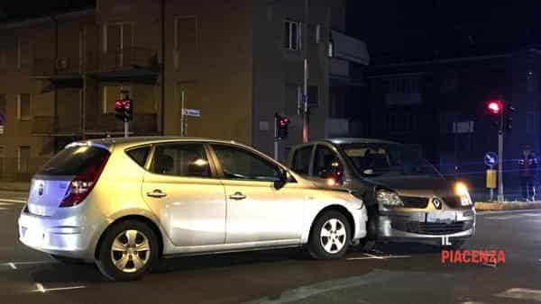 Incidente stradale tra due auto al semaforo tra via Manfredi e via Bianchi-6