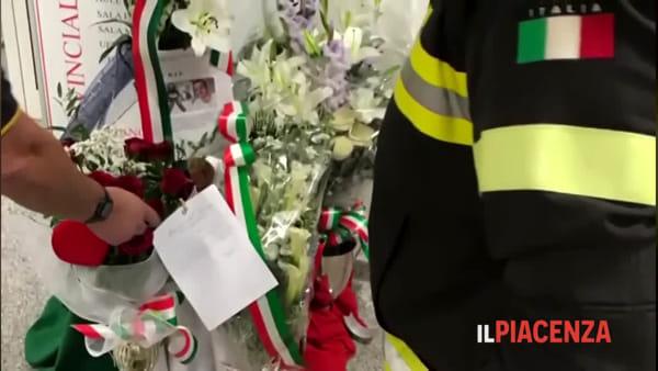 Piacenza si unisce al dolore dei vigili del fuoco: «Grazie per esserci sempre»