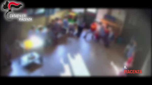 Maestre arrestate e maltrattamenti, il video delle telecamere nell'asilo