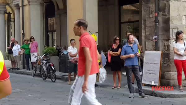 Seicento Vespe invadono piazza Cavalli per il 70esimo anniversario del Vespa Club Piacenza