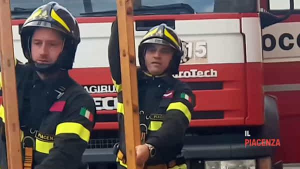 """Il tricolore sul """"castello"""" di 20 metri, ecco i vigili del fuoco di Piacenza"""
