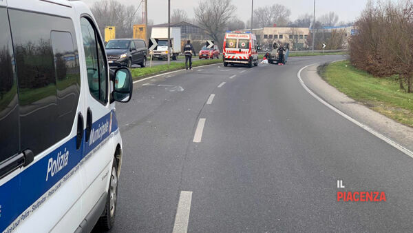 incidente via einaudi auto ribaltata 00-2