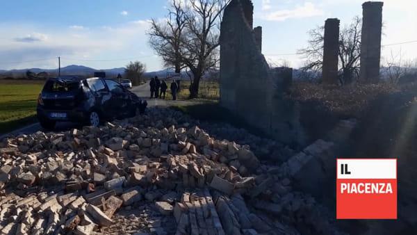 Raffiche di vento, muro crolla su un'auto di passaggio