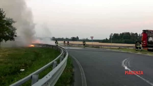 Auto si incendia dopo lo schianto