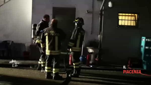Incendio nel magazzino del bar: vigili del fuoco al lavoro