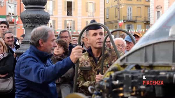 Il tricolore abbraccia Piazza Cavalli, bagno di folla per le forze armate