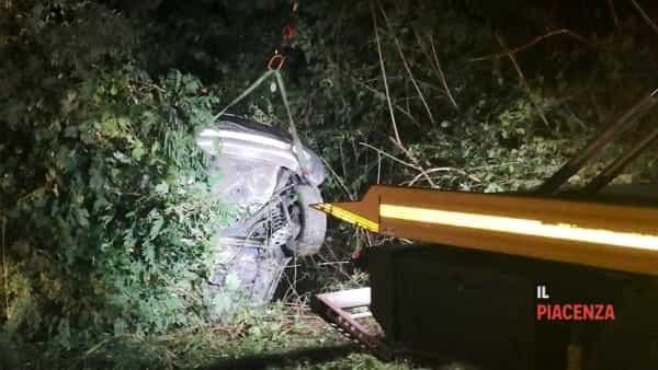 Esce di strada e l'auto si incastra nel fosso, due feriti-5