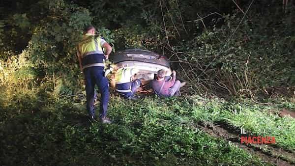 Esce di strada e l'auto si incastra nel fosso, due feriti-9