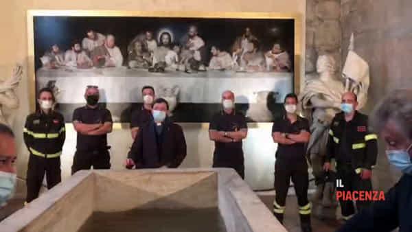 Dai vigili del fuoco 4mila litri d'acqua per il fonte battesimale del Duomo