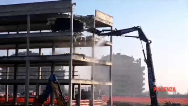 Abbattimento dell'ecomostro di cemento