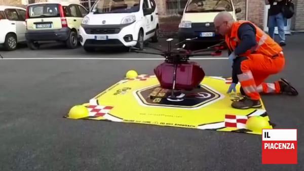 Sacche di sangue in volo a tempo di record per salvare vite, simulazione con i droni sui tetti di Piacenza