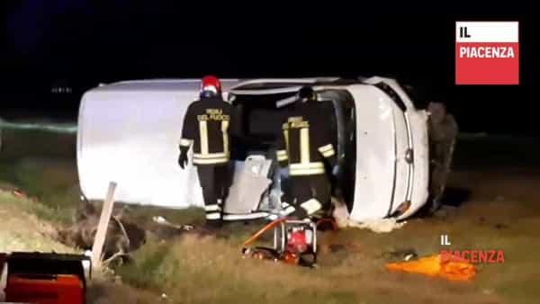 Incastrato nel furgone che si ribalta, 29enne ferito