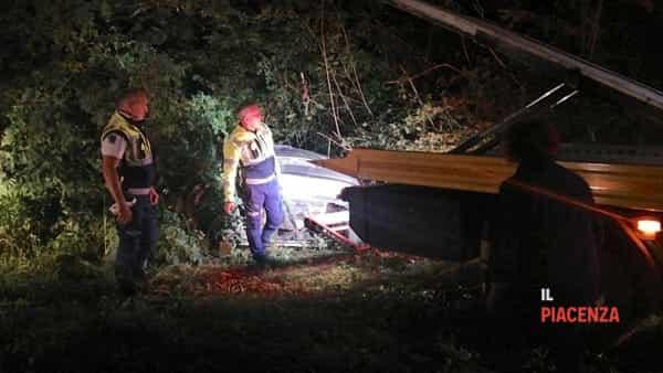 Esce di strada e l'auto si incastra nel fosso, due feriti-2