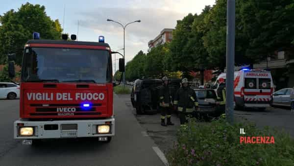 incidente via martiri auto ribaltata 2019-6