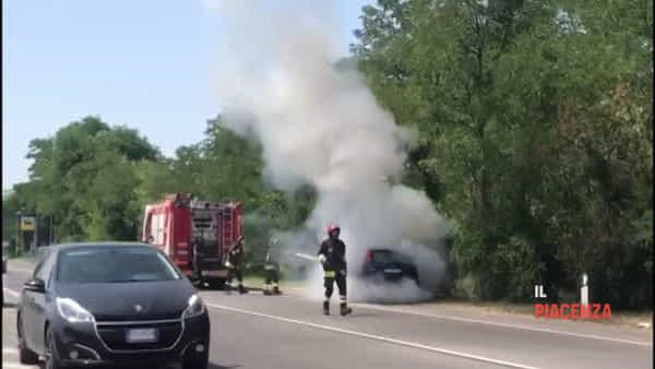 Auto si incendia sul ponte