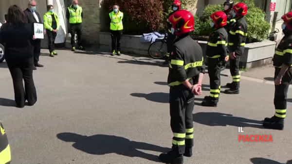 Da eroi a eroi, i vigili del fuoco davanti agli ospedali di tutta la provincia: «Uniti nella battaglia»