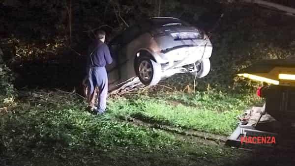 Esce di strada e l'auto si incastra nel fosso, due feriti-8