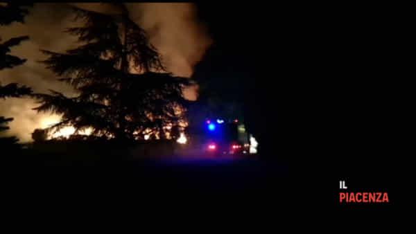 Maxi incendio nella notte, decine di vigili del fuoco al lavoro