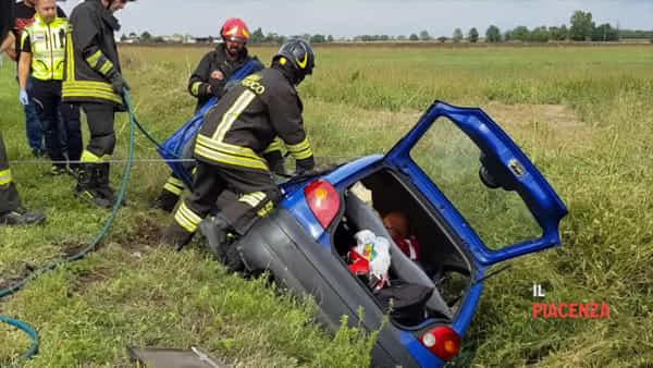 Incastrata in auto dopo l'incidente