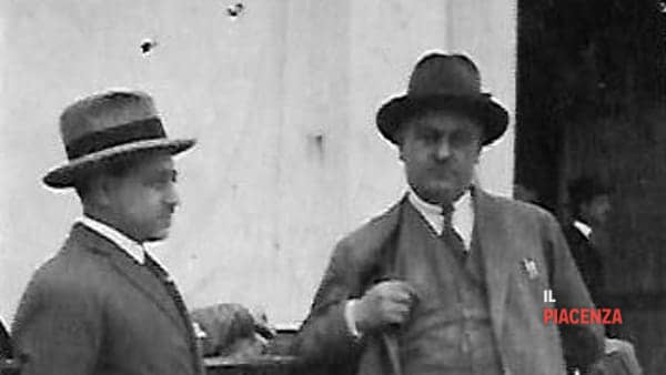 a destra Giuseppe Scardi all'ingresso dello stabilimento-2