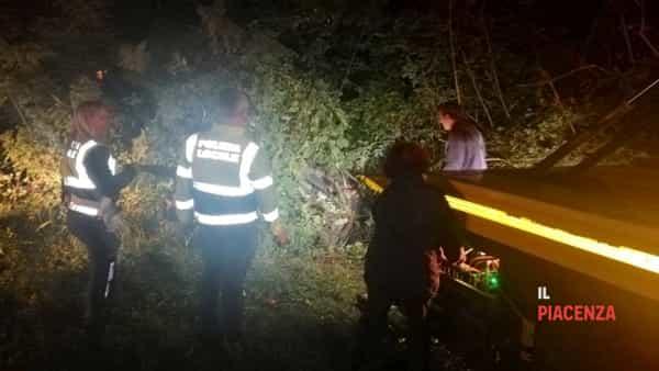 Esce di strada e l'auto si incastra nel fosso, due feriti-3