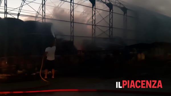 Fienile in fiamme, distrutte un centinaio di rotoballe