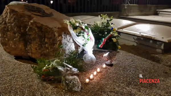 """Sulle note del """"Silenzio"""" in tanti per rendere omaggio agli agenti uccisi"""