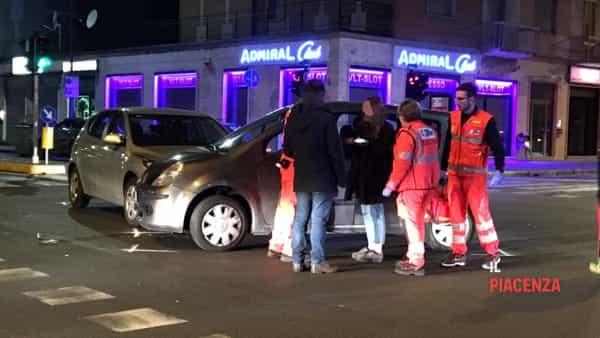 Incidente stradale tra due auto al semaforo tra via Manfredi e via Bianchi-3