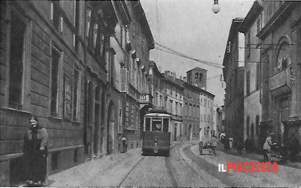 sulla destra il cinema in via Garibaldi-2