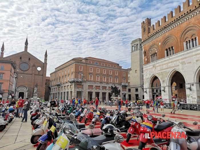 In piazza Cavalli 600 Vespe per l'anniversario del Vespa Club Piacenza ©ilPiacenza