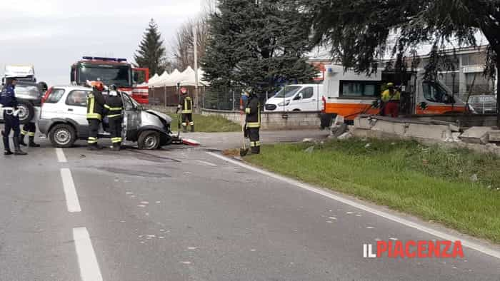 Sbanda con l'auto sulla via Emilia e si schianta contro un muretto ©Leo Trespidi/ilPiacenza